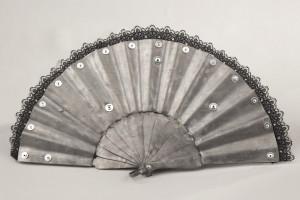 ventaglio. piombo e merletti cm. 29 x 50 x 5 kg. 2,75. 2014