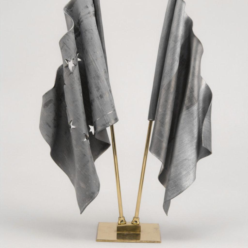bandiere da tavolo. piombo e ottone cm. 40 x 28 x 10 kg. 2,70. 2015