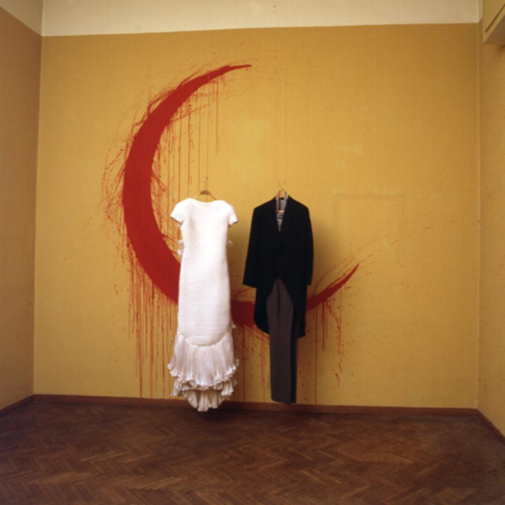 honeymoon. vestiti nunziali, tempera su parete, oggetti dimensioni ambientali. abitazione privata, Roma