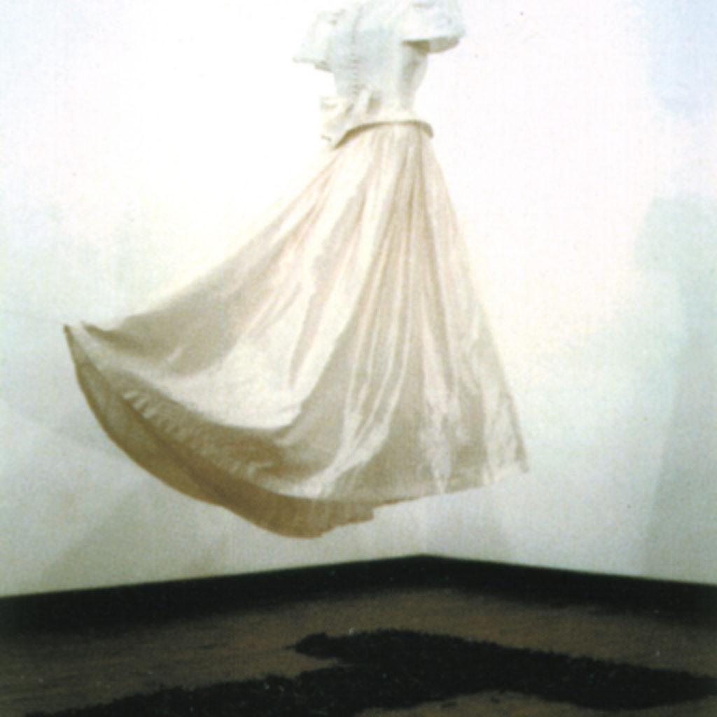 white wedding. abito nunziale, chiodi dimensioni ambientali. Galleria De Crescenzo